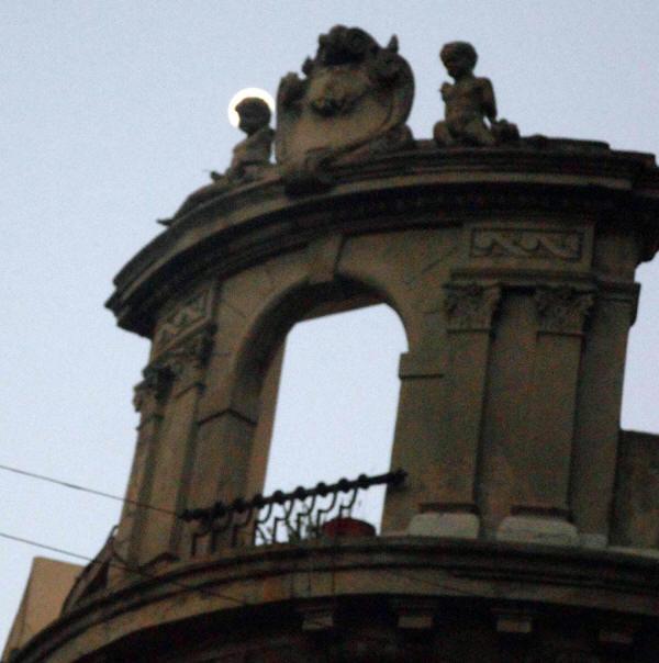 La luna en la esquina de Carlos Calvo y Bolivar