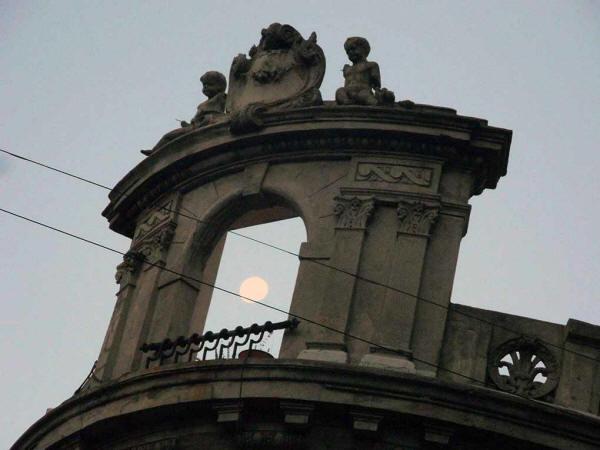 Alfredo Fernández - La luna en la esquina de Carlos Calvo y Bolivar