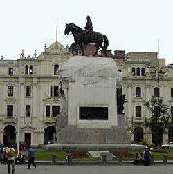 Monumento a San Martín en la plaza del mismo nombre en Lima, Perú