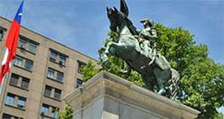 Monumento a San Martín en Chile, frente a la Casa de la Moneda