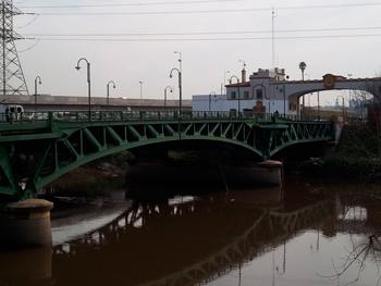 Puente de la Noria sobre el Riachuelo visto desde el Este en Villa Fiorito, partido de Lomas de Zamora, provincia de Buenos Aires, Argentina. Se aprecia el pórtico de la cabecera norte. Al fondo, puente construido en 2008.