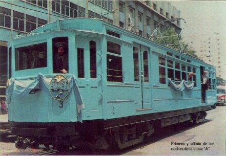 Coche circulando por la Av. Rivadavia a la altura de Emilio Mitre, en el barrio de Caballito, en la actualidad forma parte de la flota histórica de la Asociación Amigos del Tranvía, que transita en el circuito turístico, en forma gratuita.