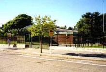 Foto de la entrada de la Escuela Cornelio Saavedra Nº 21 DE 10