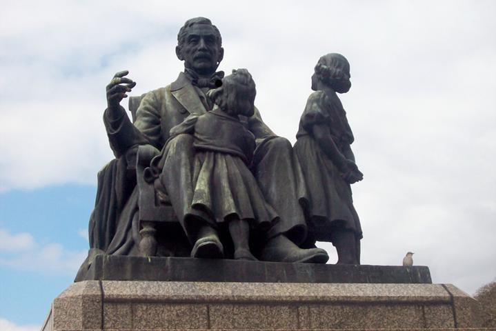 Instituto Sanmartiniano y monumento al abuelo inmortal