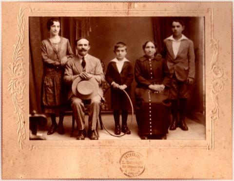 Olga Orsi, sus abuelos y sus tíos paternos y su padre con el aro en la mano