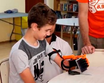Braian recibió un brazo ortopédico impreso en 3D