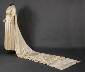Madame Campano (?). Traje de novia de Yvonne Perrier de De Ridder. Raso y bordado de perlas, Buenos Aires, circa 1917. Donación Maud De Ridder.