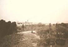 Foto del Parque Patricios, en sus comienzos, donde se puede apreciar la fuente original en el centro de la Plaza. Fue sacada en la década de 1920.