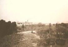 Foto del Parque Patricios, en sus comienzos, donde se puede apreciar la fuente original en el centro de la Plaza. Fue sacada en la década de 1920.